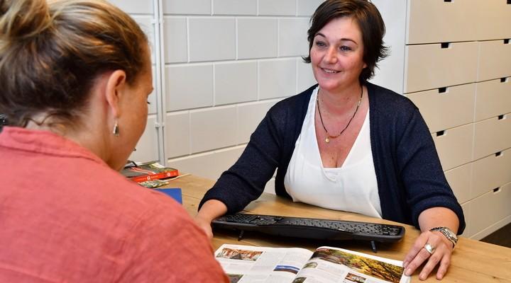 Reisexpert Sandra met een klant