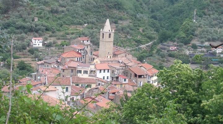 Het centrale middelpunt de Chiesa San Andrea in het authentieke dorpje Ceriana