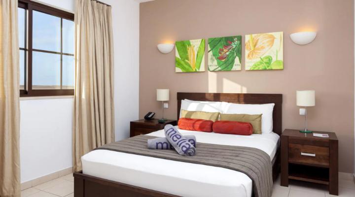 Slaapkamer met queensize bed van Level Suite