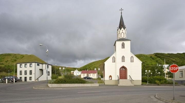 Kerkje in klein dorp Saudarkrokur, IJsland