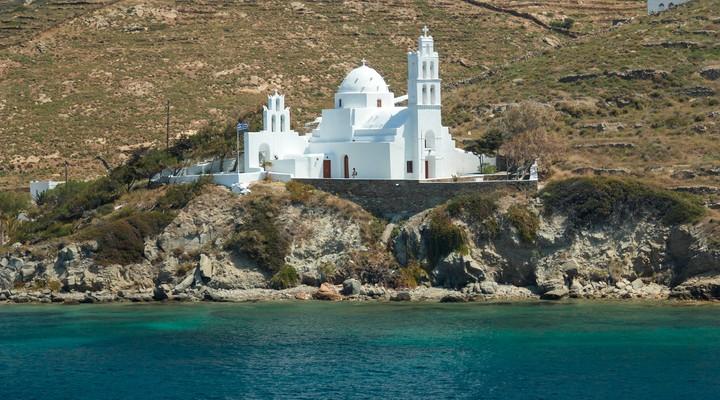 Wit huisje langs de kust van Paros, Griekenland