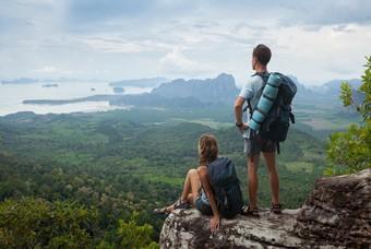 Backpackers kijken uit over een mooi gebied
