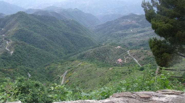 Het pittoreske dorpje Baiardo dat verscholen ligt tussen het groen