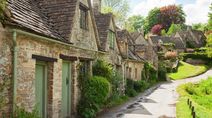 Oude straat met traditionele huisjes, Engeland