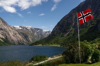 Hardangerfjord, Noorwegen met Noorse vlag