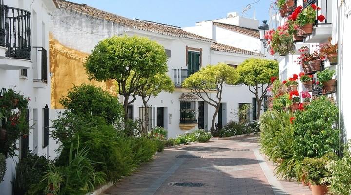 Straat met witte huizen Benalmádena