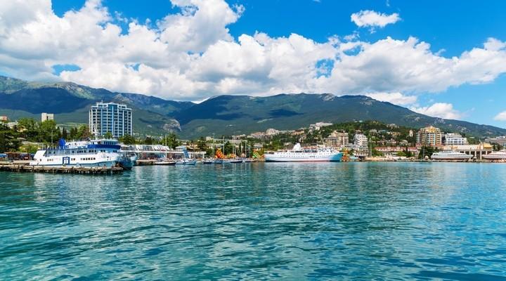 Zwarte Zee en haven in Yalta