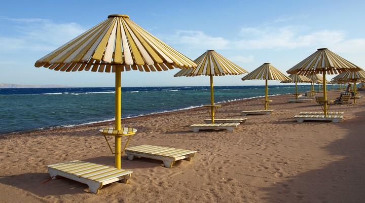 Strand met parasols in Dahab