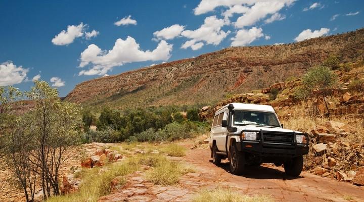 Een auto in de Outback in Australië