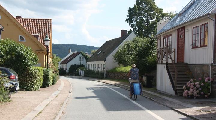 Een fietser in een van de oude straten van Båstad