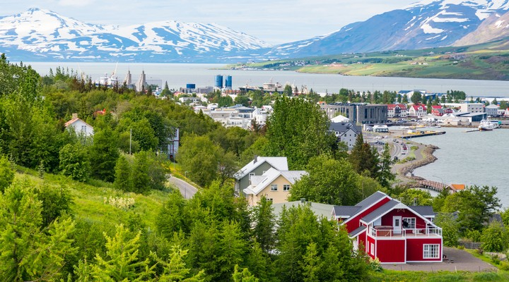 Akureyri, gelegen aan het Eyjafjörour fjord