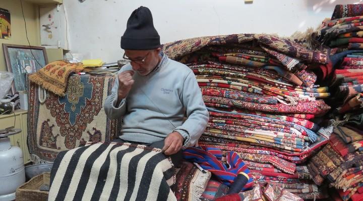 Tapijtenmaker Ahmad op de bazaar