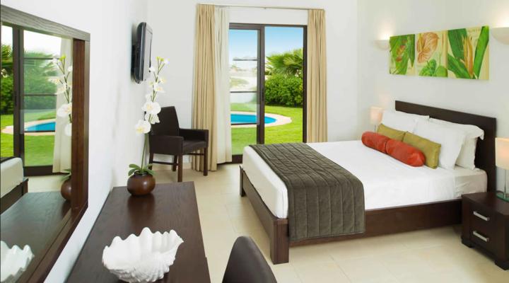 Slaapkamer met queensize bed van Villa met vier slaapkamers