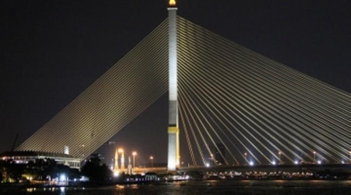 verlichte brug, Bangkok by night