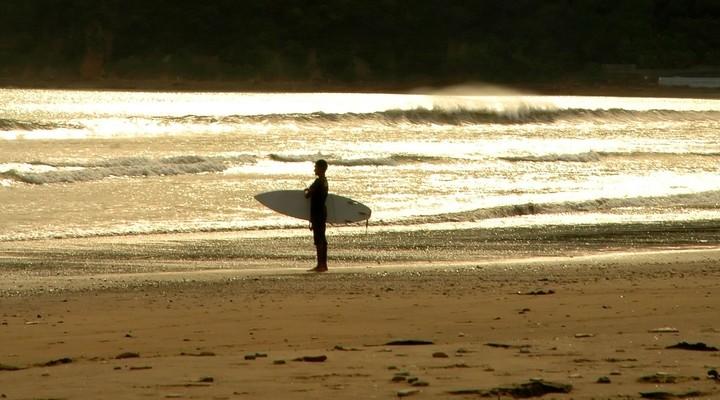Surfer op het strand in Nicaragua