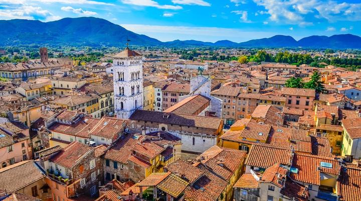 Uitzicht vanaf Torre delle Ore op Lucca, Italië