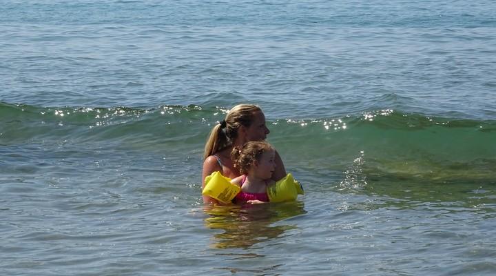 Met de golven spelen in de zee