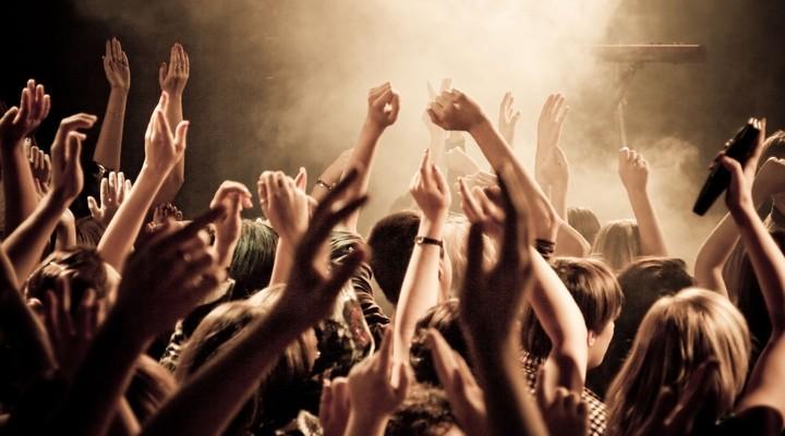 Klappend publiek bij (pop)festival