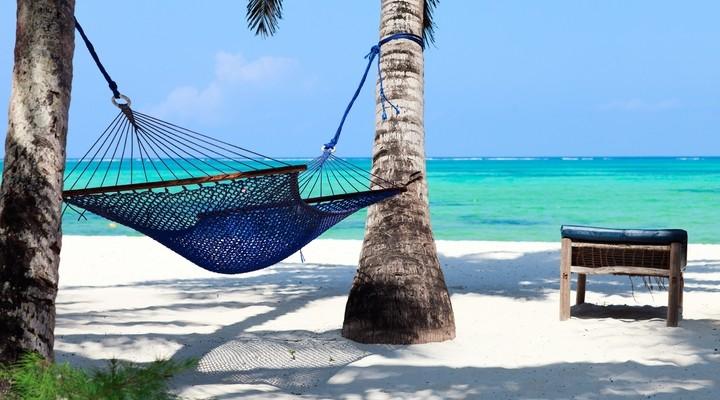 Hagelwit zandstrand met turquoise zee op Zanzibar