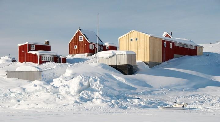 Inuit dorp in een besneeuwd landschap