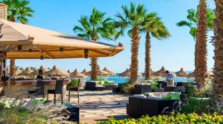 Het terras bij het Baron Resort