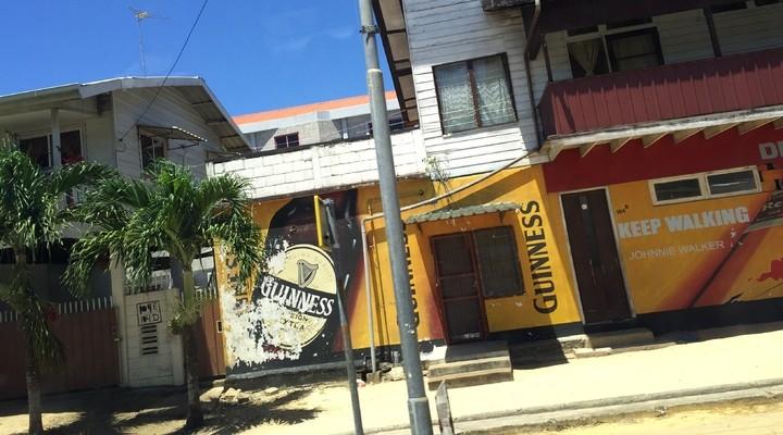 Hitte op straat in Suriname
