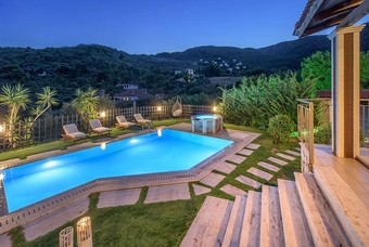 Een villa van Villas Limneon omgeven door bergen