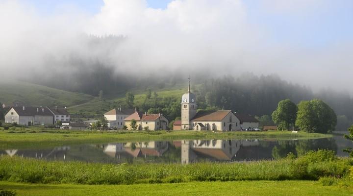 Abbaye in de mist in de Jura