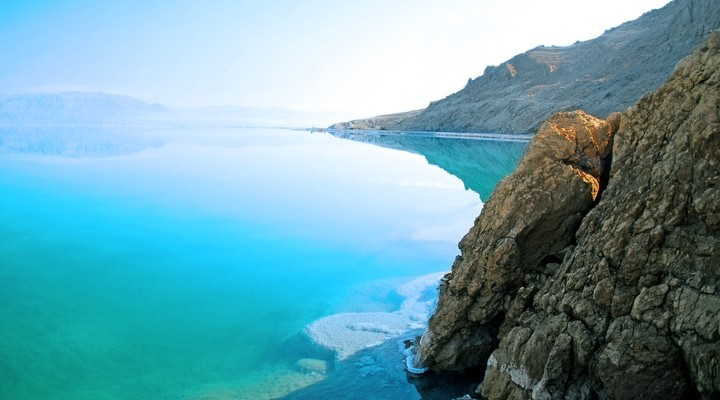 Uitzicht op de Dode Zee op een zomerdag