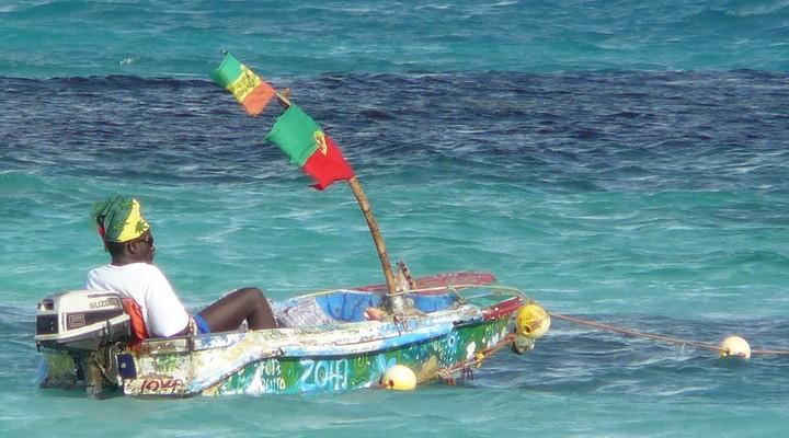 Vissersboot in zee in Jamaica