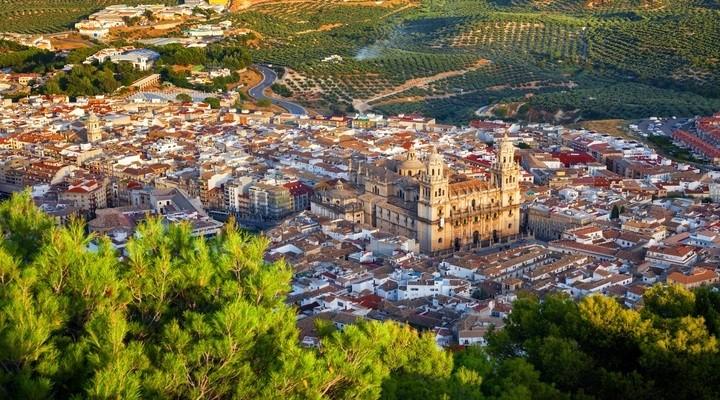 Een luchtfoto van de stad Jaén en haar omgeving