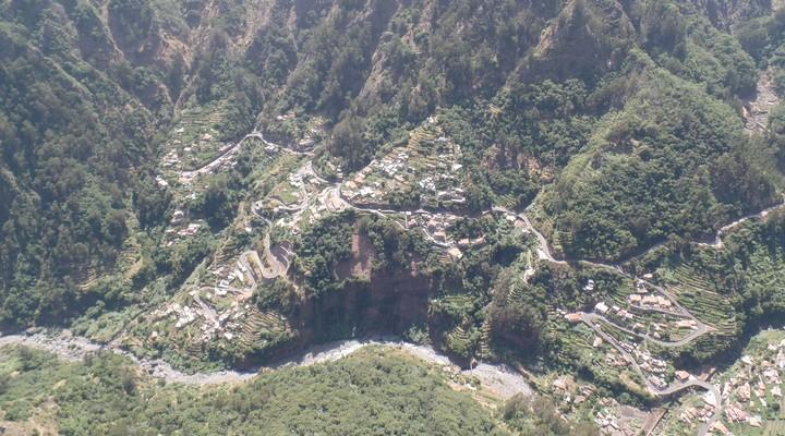 Uitzicht met kromme wegen en veel natuur in Funchal