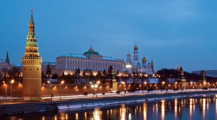 Kremlin Moskou en kathedraal bij avondlicht