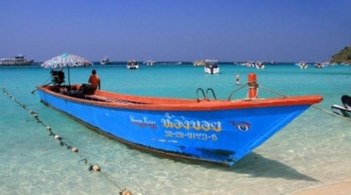 strand Pattaya, Thailand, bootje, helderblauwe zee