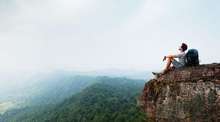 Een backpacker op een klif