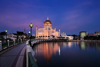 Mooie stad in Brunei tijdens de schemering