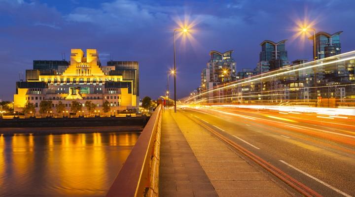 Vauxhall Bridge met op de achtergrond MI6