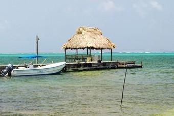 Helder water en bootje in Belize