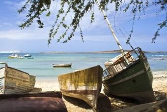 Bootjes op het strand van Boa Vista, Kaapverdië