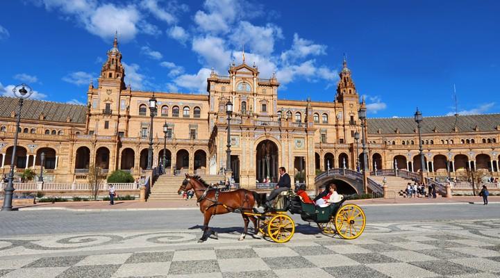 Paardenkoets op Plaza de Espana in Sevilla