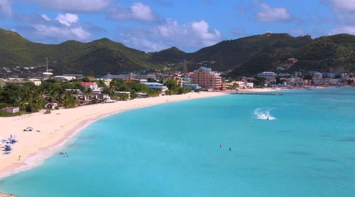 Strand en helderblauw water Sint-Maarten