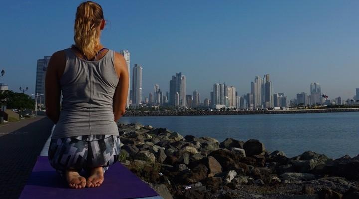 Maya is yogalerares in Panama