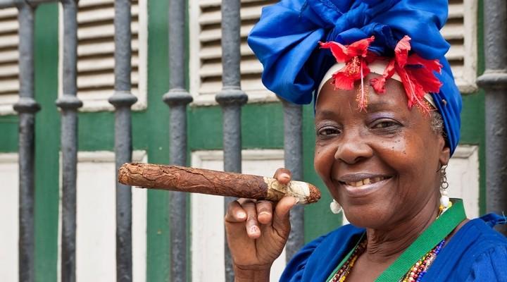Cubaanse vrouw met een sigaar