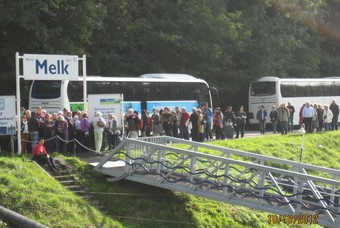 Een groep reizigers voor de bus van Bolderman