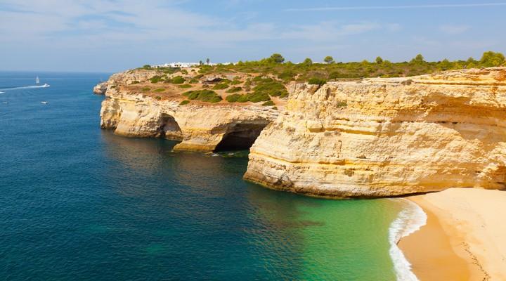 Strand en grot van Praia de Benagil, Algarve