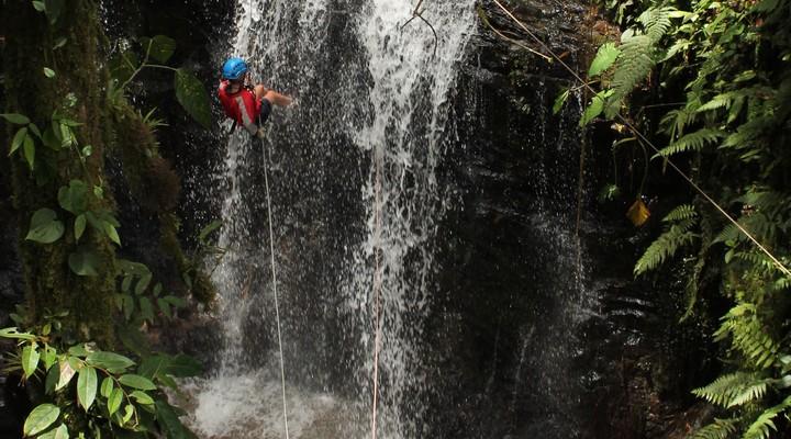 Abseilen van de waterval