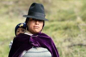 Boliviaanse mensen aan het paardrijden