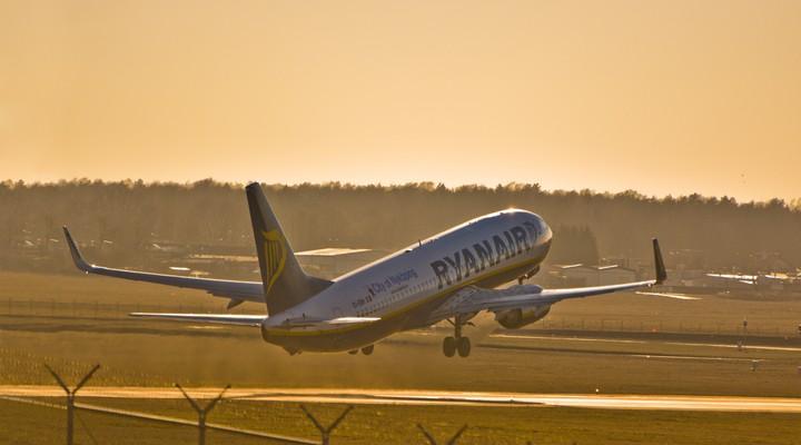 Een opstijgend vliegtuig van Ryanair