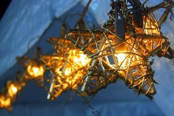 Kerstversiering op een sfeervolle kerstmarkt