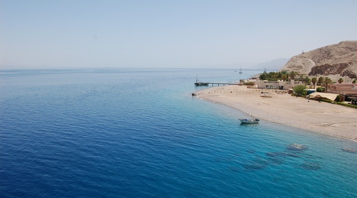 Strand en helderblauwe zee in Israël
